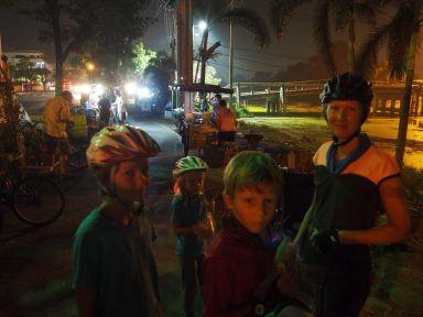 5h30 début de journée nocturne avec les petits vendeurs ambulants.
