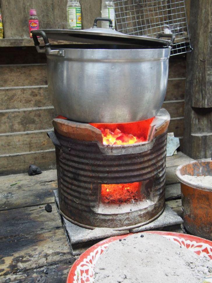 Cuisson du riz sur brasero