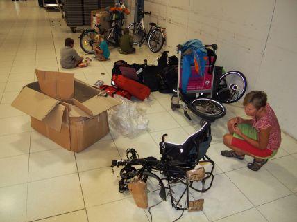 C'est parti pour le remontage des vélos à l'aéroport