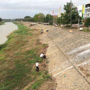 Nettoyage des rives du Tonlé Sap