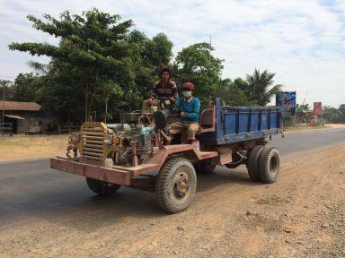 au Cambodge, le camion est réduit à sa plus simple expression