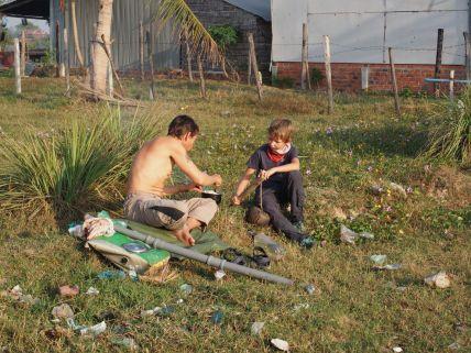 Joseph discute avec Thomas un cyclo Allemand chez Seyha