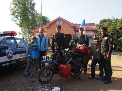 Photo souvenir avec les gendarmes