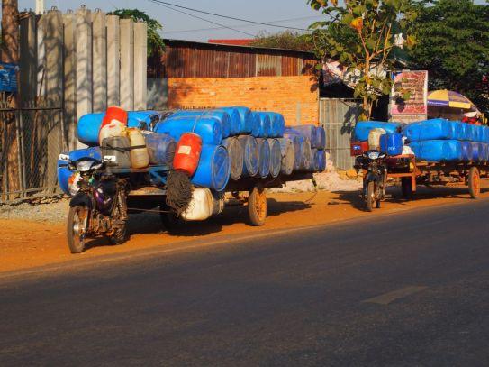 Les motos sont mises à rudes épreuves au Cambodge