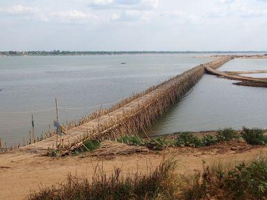 Superbe, étonnant et éphémère pont de saison sèche sur le Mékong