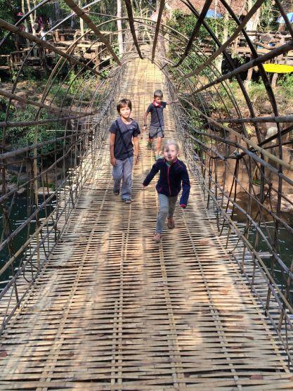 Balade sur un pont suspendu en bambou à Tad Pasuam