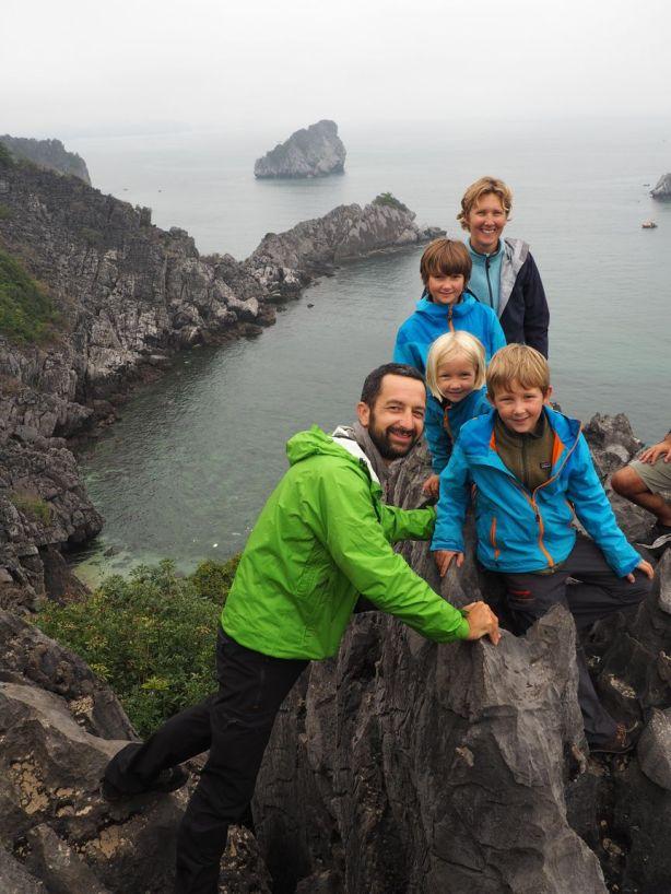 Grimpette sur les rochers de l'île aux singes