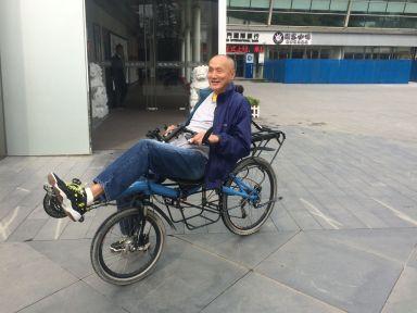 Ray maitrise le vélo couché du premier coup. Chapeau !