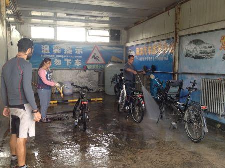 Nettoyage des vélos qui ont beaucoup souffert des routes boueuses