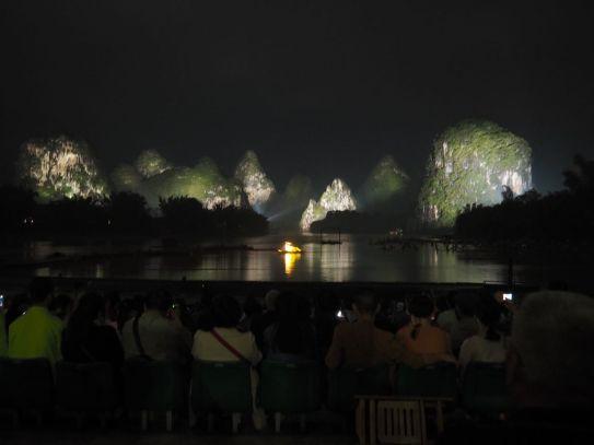 Spectacle époustouflant sur la rivière Lijiang (600 comédiens quand même ...)