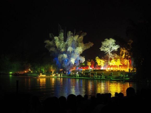 Scénographie sur l'eau incroyable et jeux de lumières spectaculaires