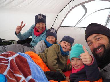 Il neige! Coincés sous la tente