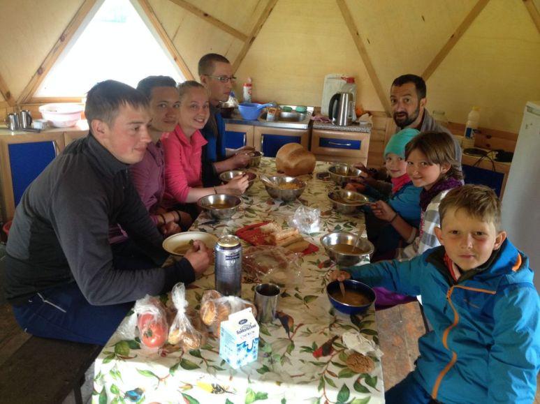 A table avec les volontaires