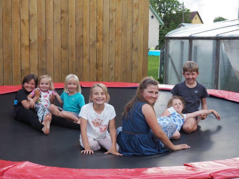 Séance trampoline dans le jardin