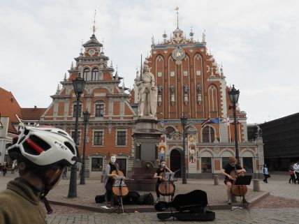 Devant la maison des têtes noires à Riga, l'Elysée letton