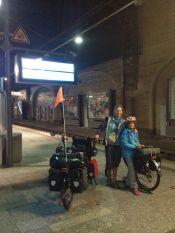 En 2 équipes pour rejoindre Freiburg en train: a 4h du mat Géraldine et Inès