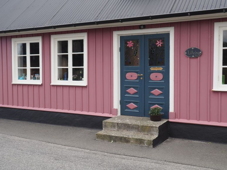 Avec la porte sculptée traditionnelle