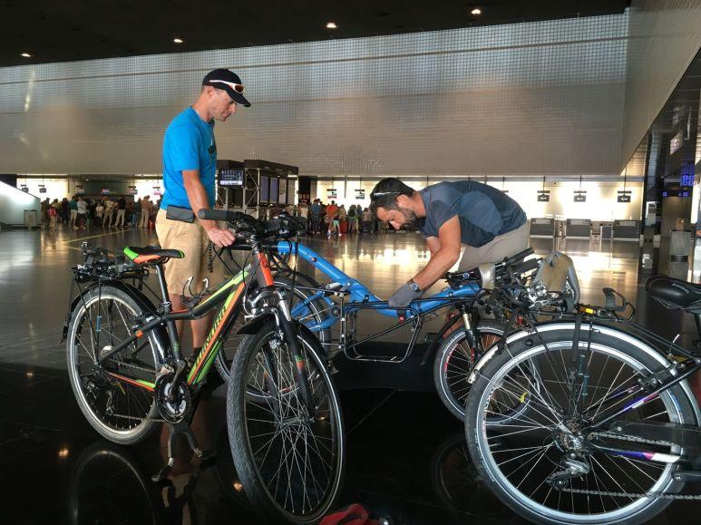 Préparation des vélos avec l'aide de Pierre