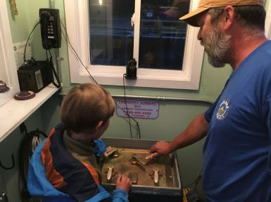 Joseph est au commande sous les conseils du technicien