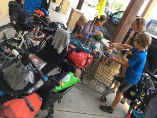 Activité quotidienne: ranger les courses alimentaires dans les sacoches
