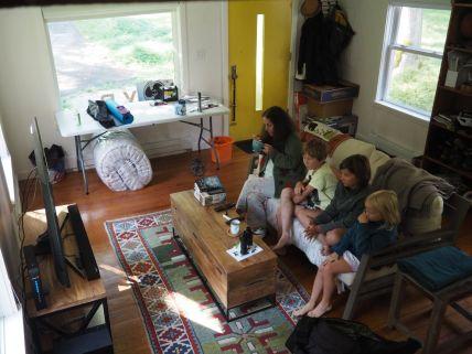 Les enfants soufflent et découvrent les joies de la télé pendant que les parents font la grasse matinée