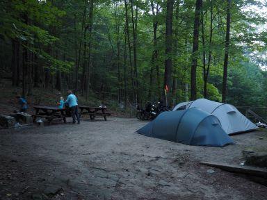 Grande place pour nos 2 petites tentes, normal c'est prévu pour y mettre en plus 2 grossesvoitures!