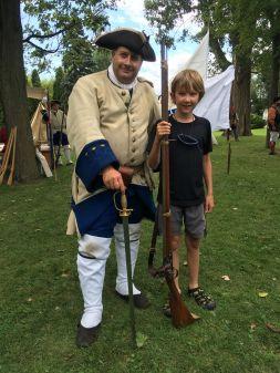 Joseph et un soldat britannique au fort de Chambly