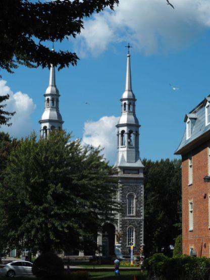 Une église étincelante avec sa couverture en zinc typique