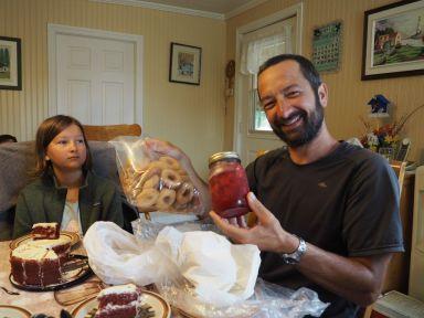 J'ai même des beignets et des fraises au sirop en cadeau... Quel accueil incroyable !