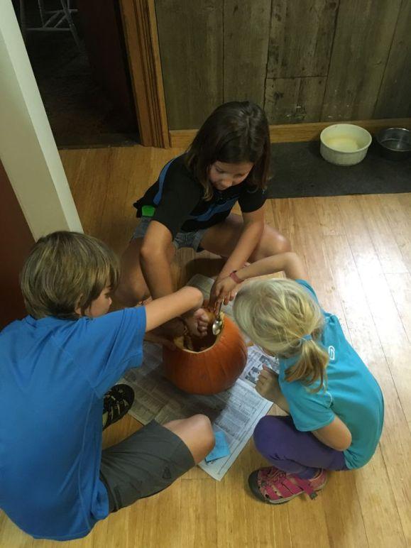 Bientôt Halloween... Leslie organise une sculpture de citrouille