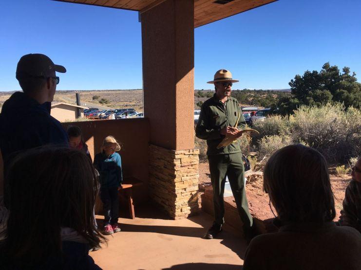 Le ranger nous explique comment les troupeaux de mouflons sont repérés dans le parc
