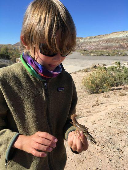 Joseph à la pêche aux écrevisses dans le Colorado