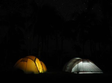 Ce soir les tentes ne vont pas rester longtemps illuminées