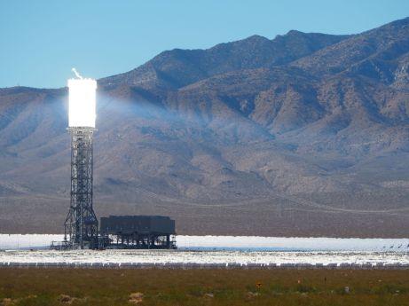 Dans le désert d'Ivanpah, une centrale solaire thermique