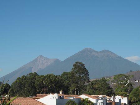 En 1er plan l'Acatenango et derrière le Fuego