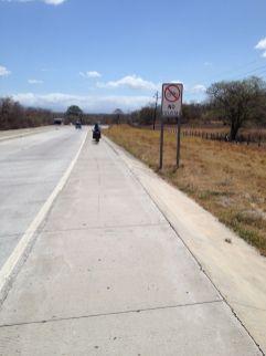 Parfois c'est interdit au vélo et 500 m plus loin il y a une piste cyclable... Pour nous ça ne change rien !
