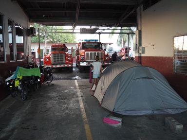nous installons la tente dans le garage