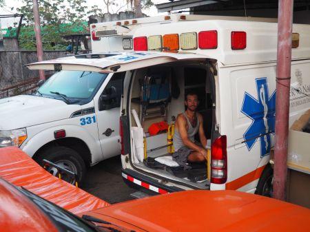 et Adam dort dans l'ambulance