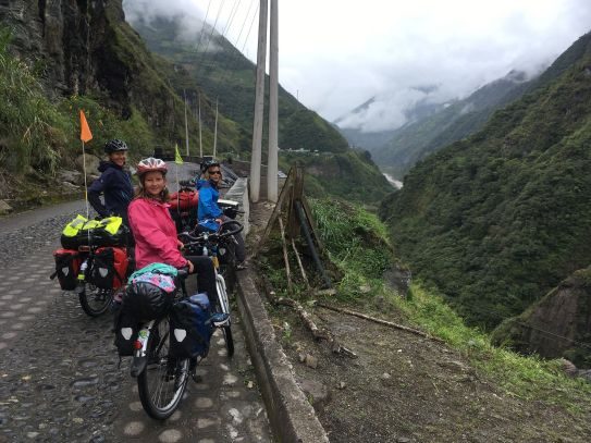 Passage à flanc de montagne pour profiter d'incroyables vues
