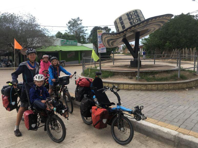 Sur la route nous traversons Sampues, la ville du chapeau colombien