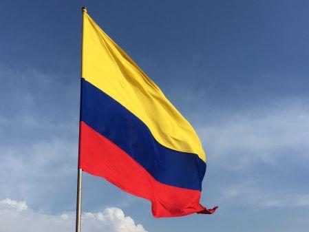 Jaune bleu et rouge, drapeau issu de la grande colombie, réunissant alors l'Equateur et le Venezuela