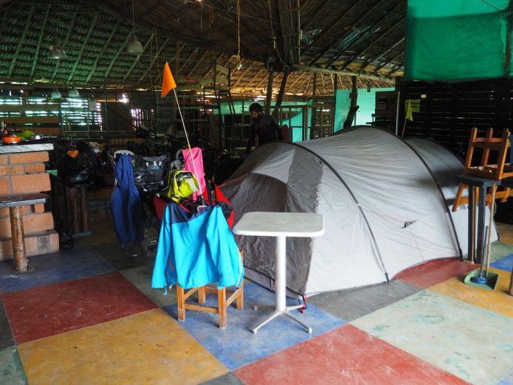 Une 1ère: campement dans une arène de coqs
