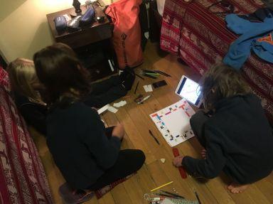 les enfants décident de fabriquer un monopoly (nos jeux sont partis dans la bataille au Panama...)
