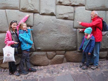 Dans Cusco un mur inca avec des pierres taillées jusqu'à 12 angles et ajustées pile-poil