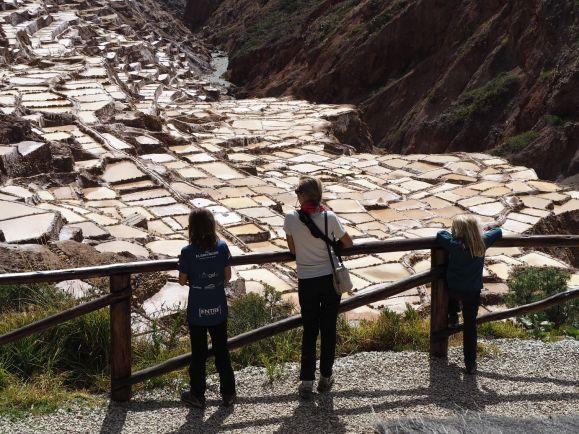 En rentrant vers Cusco, nous visitons les salines de Maras