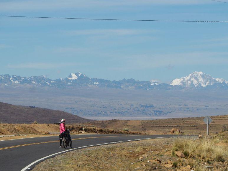 La route file vers La Paz entre le lac et la cordillera Real