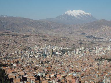 ...la ville de La Paz se découvre 600 m en contrebas dans un espèce d'énorme cirque naturel dorénavant bétonné!