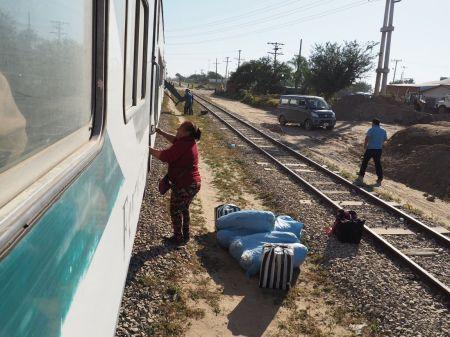"""Descente de train dans une des nombreuses """"gares"""" de la ligne"""
