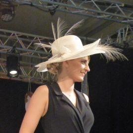 Capeline blanche avec plumes d'aigrette