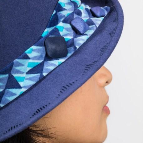 chapeau feutre bleu détail